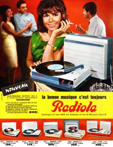 Groovy girl: digging the Radiola RA 1044 A, mid-1960s. C'est transistorisé!